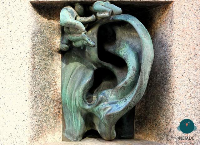 Un citofono a forma di orecchio